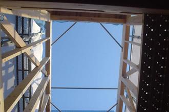 工事中の様子(中庭より空を見上げる)