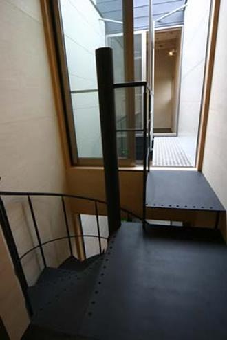 階段からブリッジを見る