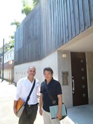 井の頭の住宅の前でキュレーターと一緒に撮影