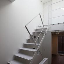 階段を見る