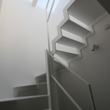 階段からトップライトを見る